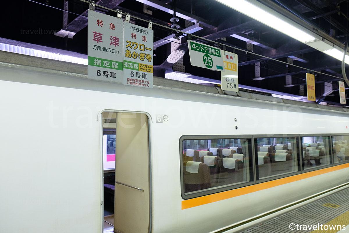 上野駅ホームの特急草津の乗車口
