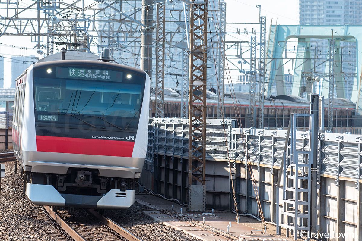 新木場駅付近を走るJR京葉線の快速