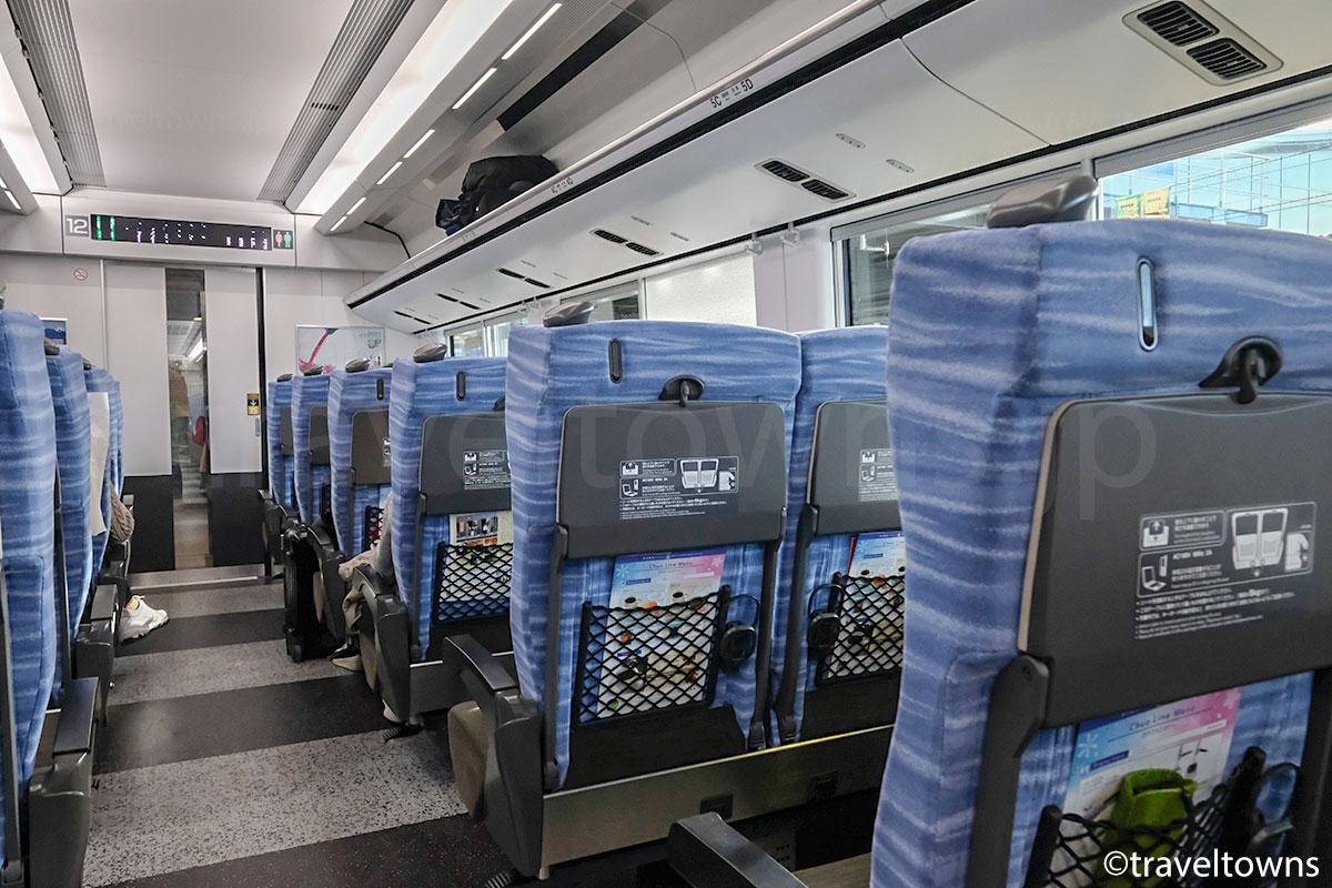 E353系の普通座席と荷物棚、通路