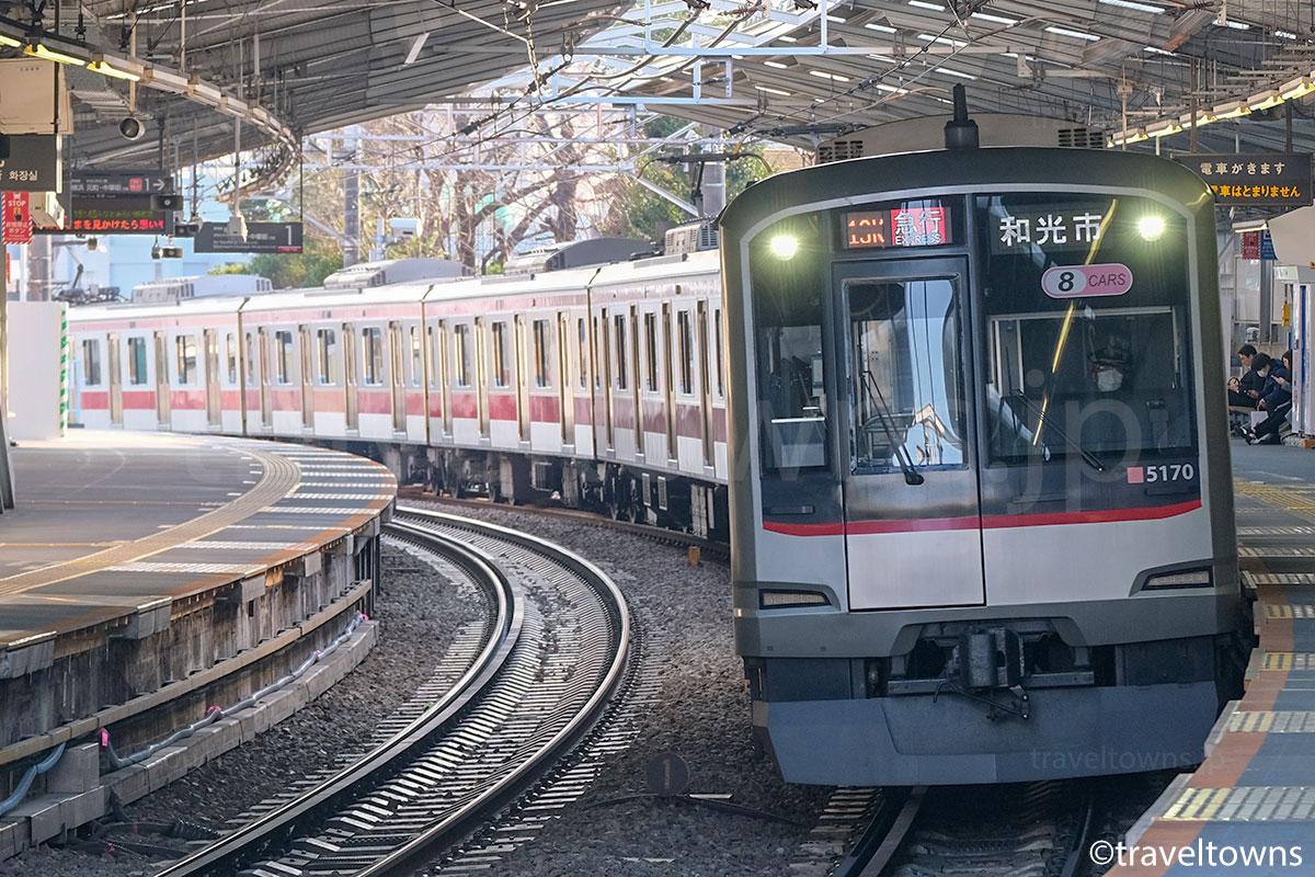 白楽駅を通過する東急東横線の急行(5000系)