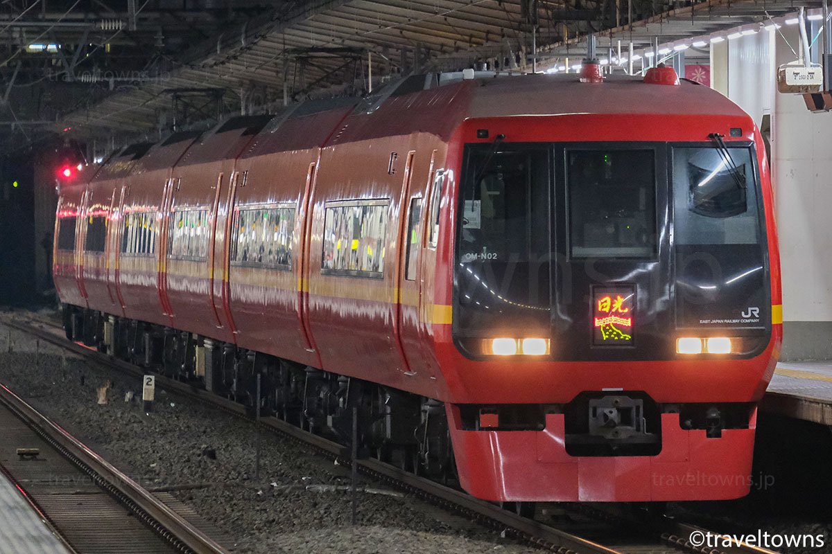 池袋駅を発車する特急日光の253系