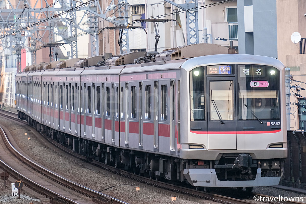 武蔵小杉駅近くを走る東急東横線の各駅停車 菊名行き
