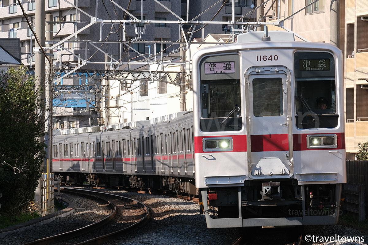 下板橋~北池袋駅間を走る東武東上線の普通池袋行き