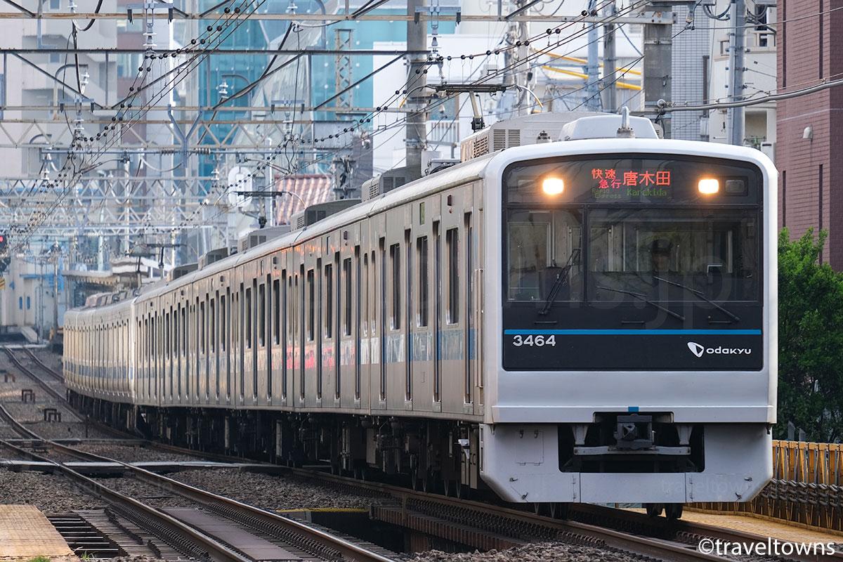南新宿~参宮橋駅間を走る快速急行・唐木田行き(3000形)