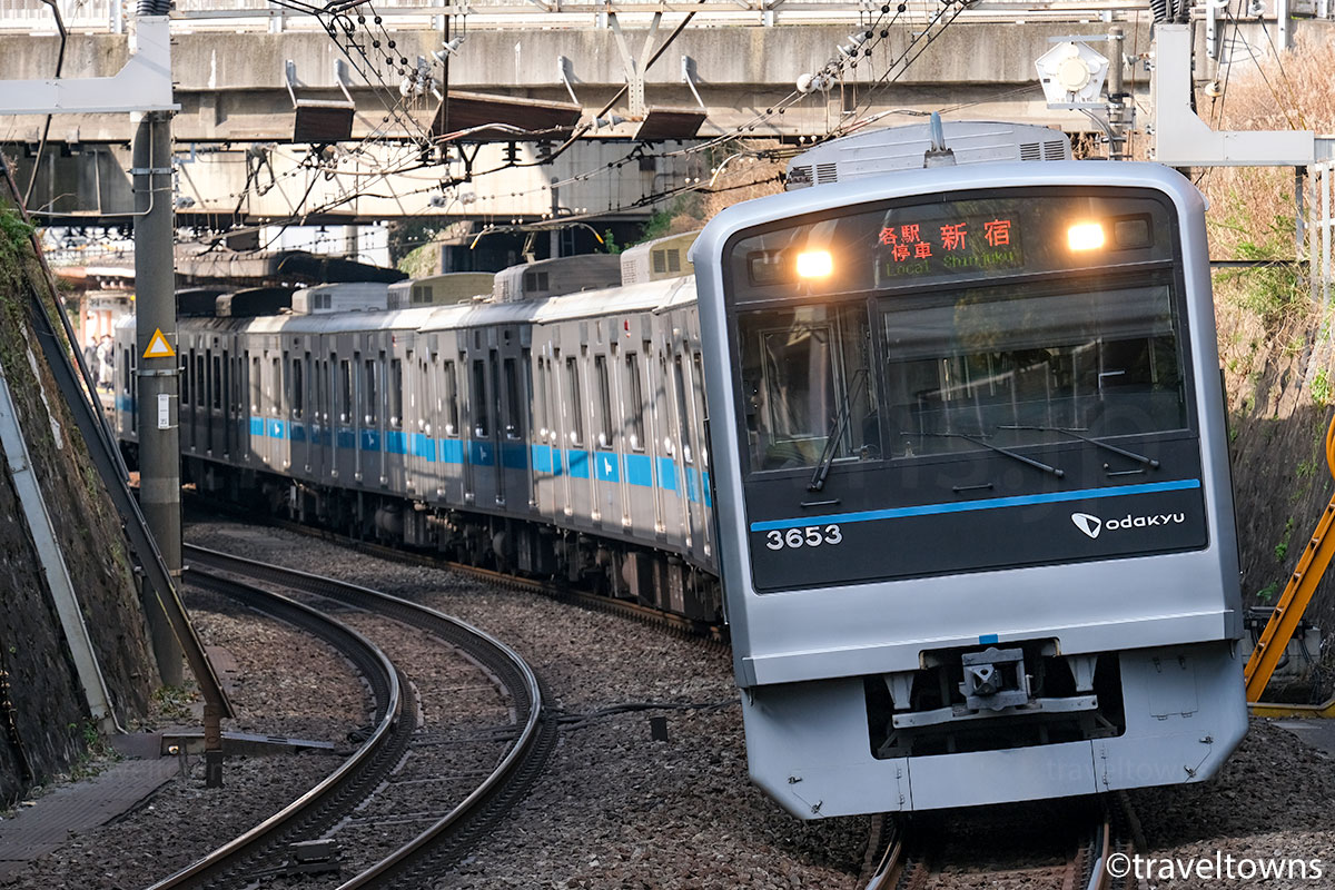参宮橋~南新宿駅間を走る各駅停車・新宿行き(3000形)