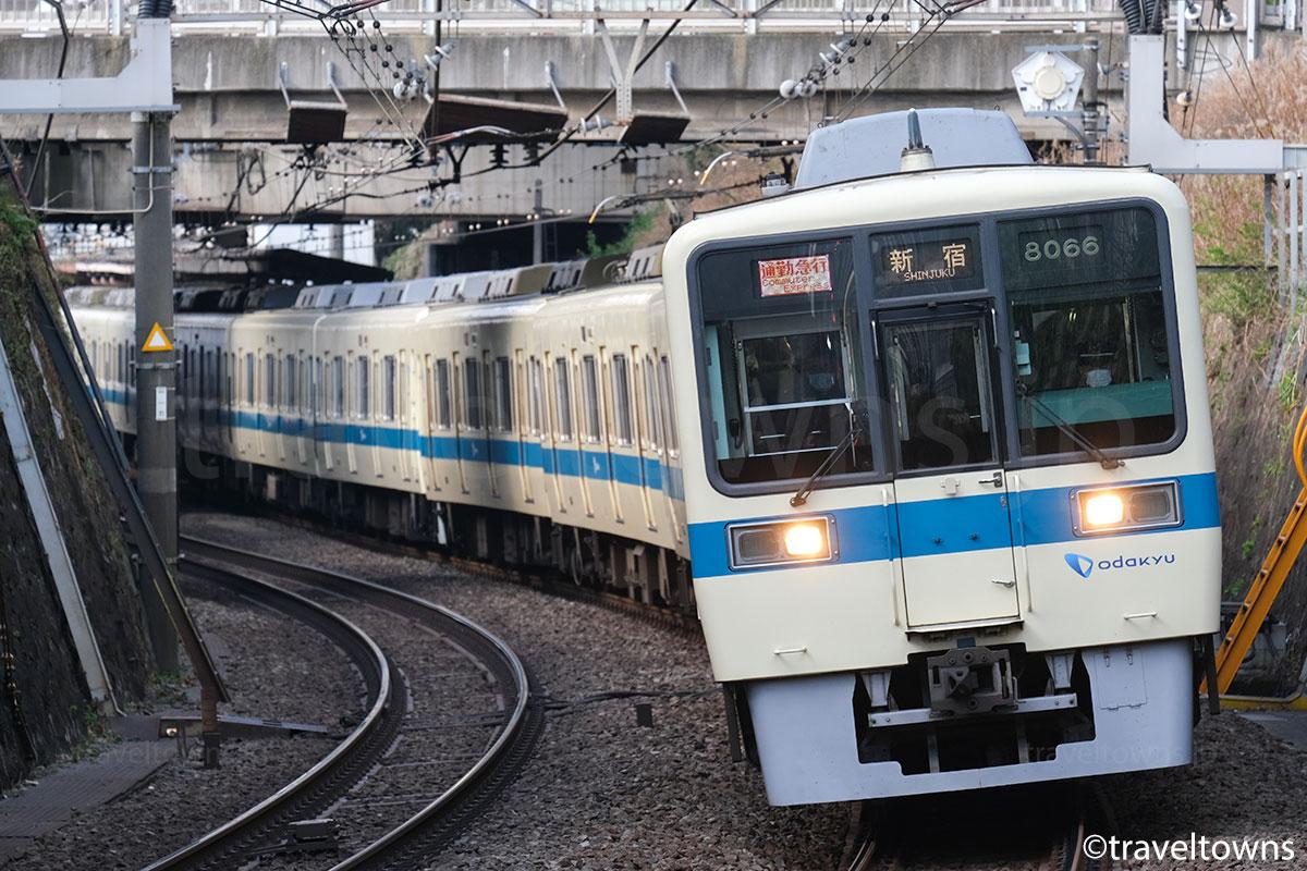 参宮橋~南新宿駅間を走る通勤急行・新宿行き(8000形)