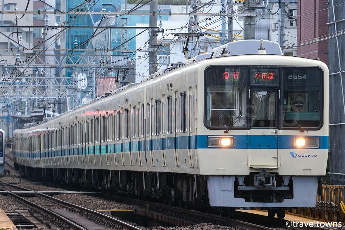 南新宿~参宮橋駅間を走る急行小田原行き