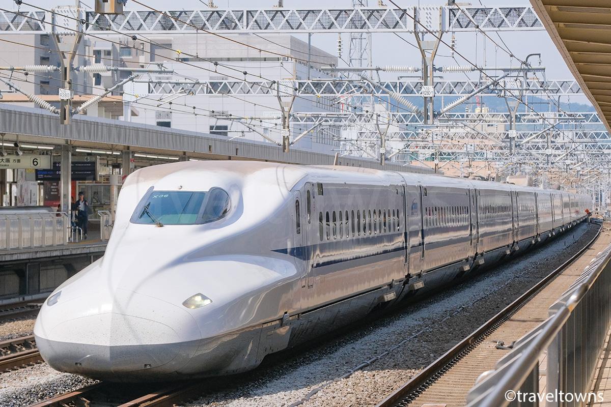 静岡駅を通過する東海道新幹線のぞみ
