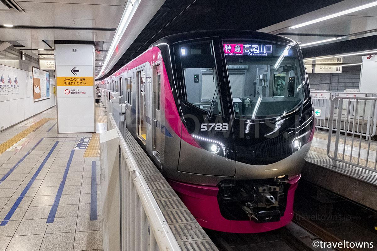 新宿駅に停車中の特急 高尾山口行き(京王5000系)